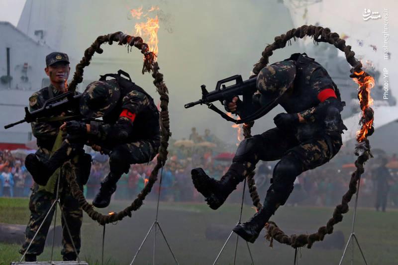 ارتش آزادیبخش خلق چین در حال نمایش تمرینات نظامی در هنگکنگ