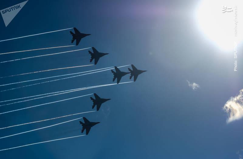 پرواز نمایشی میگ 29 در سنپترزبورگ به مناسبت سالگرد تأسیس نیروهای هوافضای روسیه