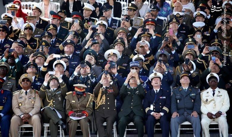 تصویربرداری فرماندهان ارشد کشورهای مهمان در جشن روز ملی فرانسه با گوشیهای شخصی