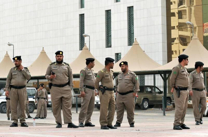 1989093 - روایتی از محدودیتهای آل سعود بخاطر علما/ روحانیونی که حق پوشیدن لباس روحانیت ندارند +عکس