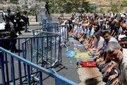 اقامه نماز در خیابانهای قدس اشغالی