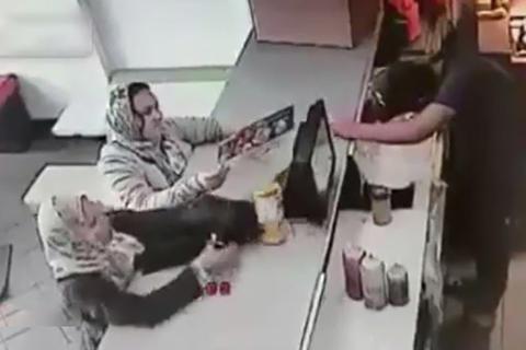 فیلم/ سرقت قلک خیریه یک رستوران توسط دو زن