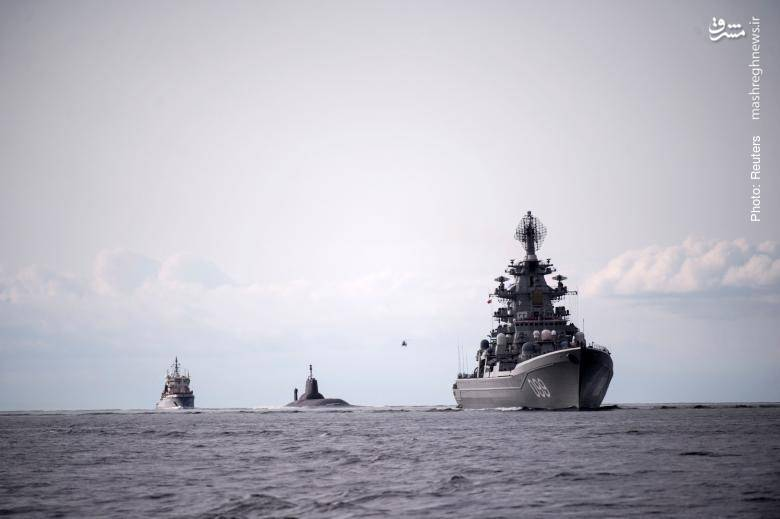 اسکورت زیردریایی روسیِ دمیتری دانسکویی از کلاس تایفون (حامل موشکهای قارهپیما با کلاهک هستهای) برای شرکت در رژه دریایی سنپترزبورگ