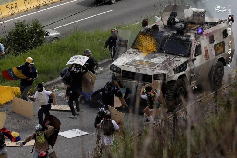 حرکت زرهی نیروی ضد شورش به سمت تظاهرکنندگان ونزوئلایی در کاراکاس