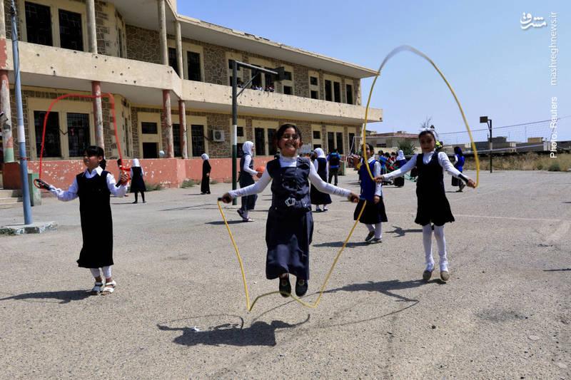 لذت بازی در حیاط مدرسهای در موصل بعد از آزادسازی کامل این شهر