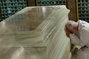 فیلم/ حال و هوای رهبرانقلاب در حرم امام رضا(ع)