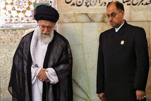 عکس/ رهبر انقلاب بر سر مزار مرحوم شیخبهایی
