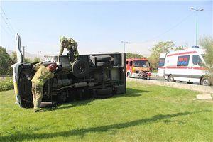 کامیونت حامل دارو واژگون شد
