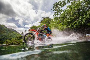 فیلم/ موتورسواری عجیب روی آب