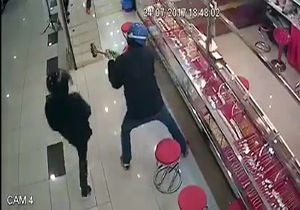 فیلم/ تلاش سارقان برای شکستن شیشه ضد گلوله طلافروشی