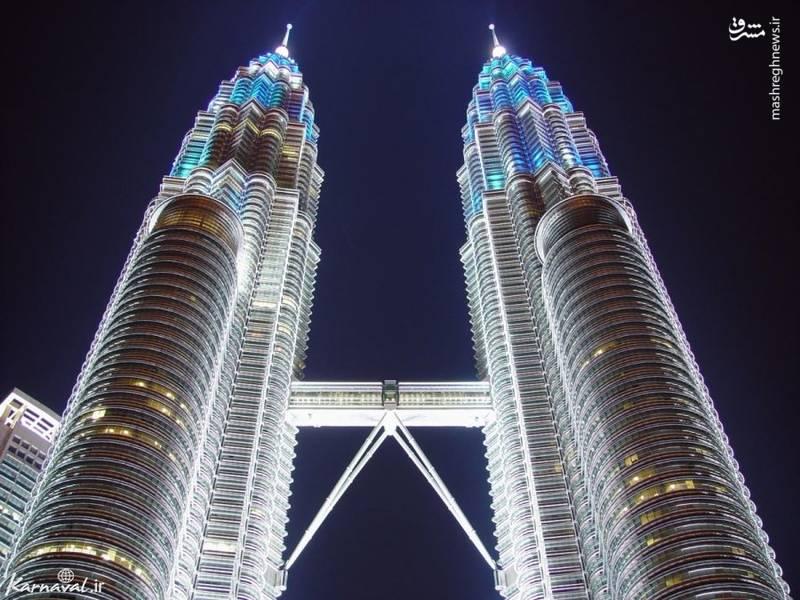 ۸- پل میان برج های دوقلو   مالزی  این پل در میان برجهای دوقلوی پتروناس (Petronas Towers) قرار گرفته و  ۱۵۲ متر از شهر بالاتر است.