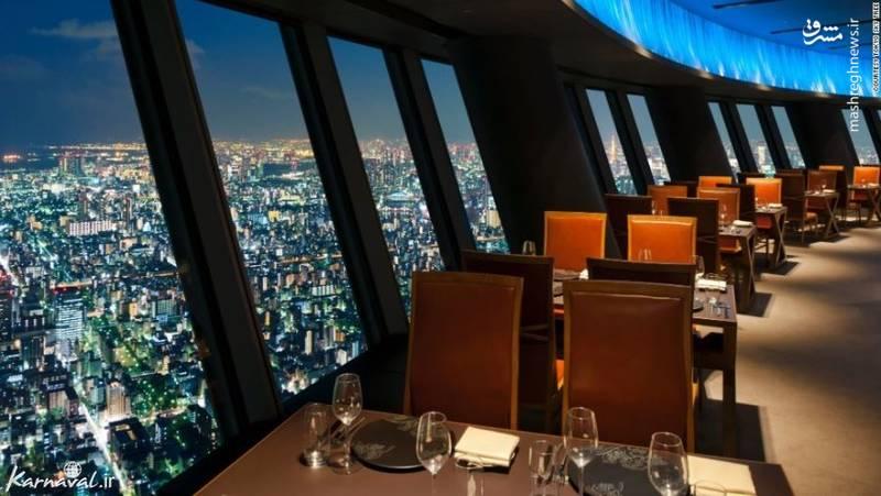 ۱۱- رستورانی در سومین ساختمان بلند جهان   ژاپن  این رستوران در برج توکیو اسکایتری (Tokyo Skytree) قرار دارد و شما می توانید همراه با میل کردن غذا از ارتفاع لذت ببرید.
