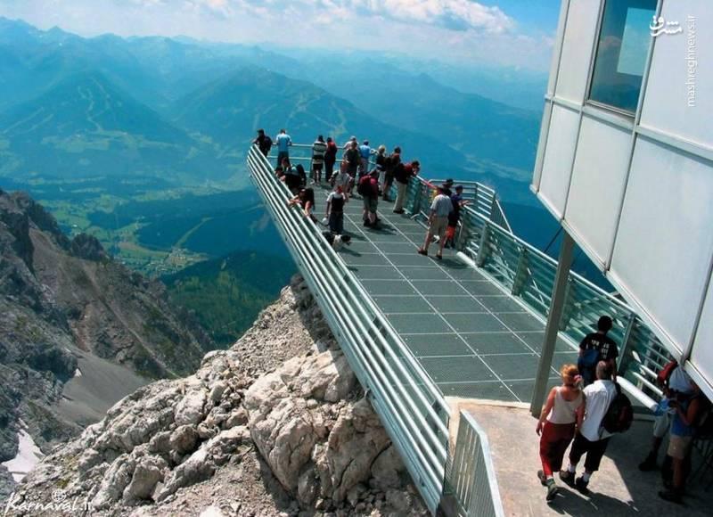 ۱۳- تماشای منظره یخچال های طبیعی داکستین   جمهوری چک   با قرار گرفتن بر روی این سکو، می توانید هشت یخچال طبیعی قرار گرفته در داکستین (Dachstein Glacier) و جنگل های اطراف آن را ببینید.