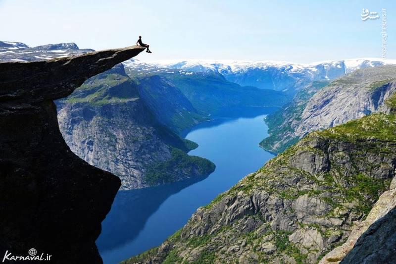 ۱۶- صخره ی ترولتونگا   نروژ  صخره ی ترولتونگا (Trolltunga)، در ارتفاع ۷۰۱ متری دریاچه ی ریگدالسواتنت (Ringedalsvatnet Lake) قرار گرفته است.