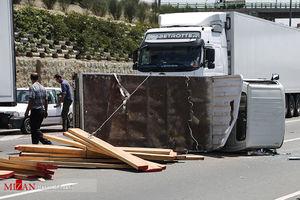 عکس خبری - واژگونی کامیونت حامل بار چوب در اتوبان آزادگان