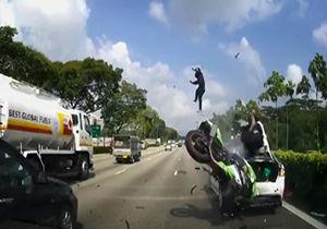 فیلم/ تصادف شدید موتورسوار با خودروی پارک شده