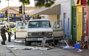 عکس/ ورود ناگهانی یک خودرو به پیادهرو در لسآنجلس