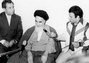 امام خمینی: چادر برای زنان اجباری نیست