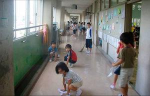 عکس/ چه کسی در ژاپن مدرسه را تمیز می کند؟