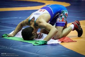 عکس/ سجده شکر روی پرچم جمهوری اسلامی ایران