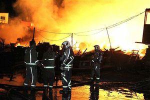 آتش سوزی گسترده در انبار چوب در تهران