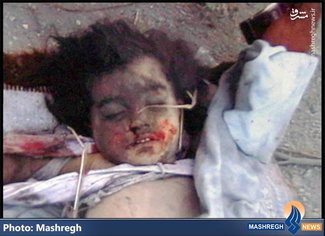نمایی از پیکر دختر خردسال «شهید عادل عکاش» که به یکی از مشهورترین تصاویر جنگ ۳۳ روزه تبدیل شد