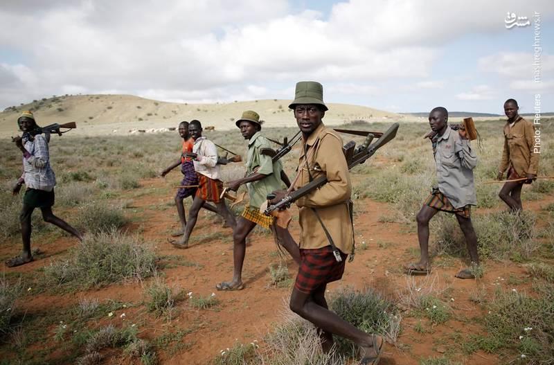 افراد قبیله ترکانا در حال گشت امنیتی برای محافظت از احشام خود در برابر سایر قبائل در کنیا