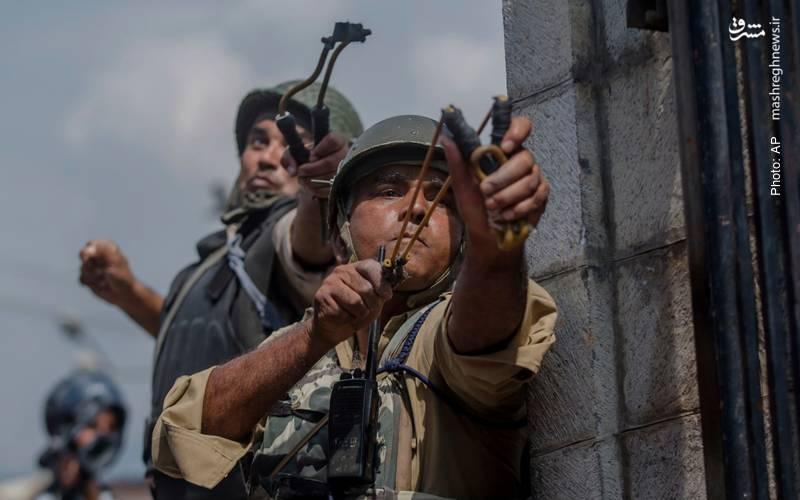 شبهنظامیان هندی در حال پراکندهکردن تظاهراکنندگان کشمیری که پس از نمازجمعه در اعتراض به سلطه هند بر این منطقه دست به اعتراض زدند