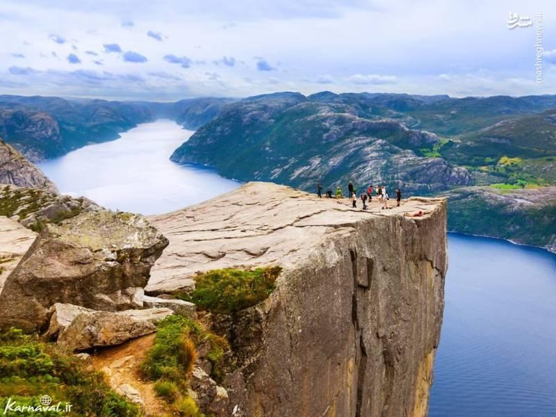 صخره پالپیت | نروژ/ صخره ی پالپیت (Pulpit Rock) تقریبا ۶۰۷ متر از سطح زیرینش ارتفاع دارد و زمین شناسان بر این باورند که این کوه ها بر اثر انبساط یخ ها در ۱۰هزار سال پیش به وجود آمده اند.