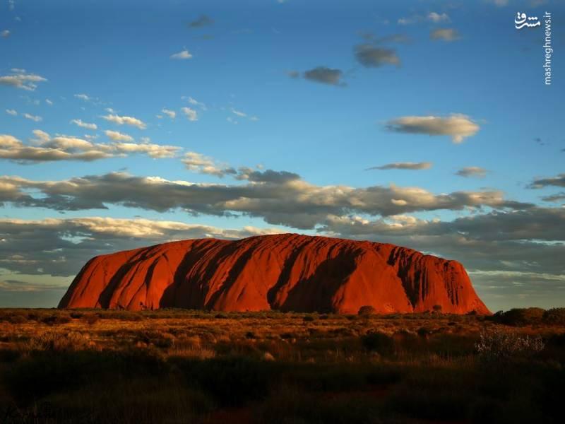 صخره اولورو | استرالیا/ این صخره همچنین به صخره ی آیرز هم مشهور است و در قسمت های شمالی استرالیا قرار دارد. این منطقه محل سکونت بومی های استرالیایی به نام انانگو (Anangu) است. دور این صخره برابر با ۹.۳۳ کیلومتر می باشد.