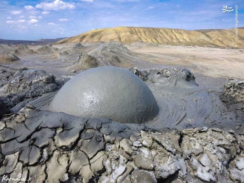 گِلفشان | قبوستان/ آتش فشان های رسوبی کشور آذربایجان معمولا به عنوان گِلفشان شناخته می شوند. گِلفشان ها نوعی پدیده ی زمین شناسی جالبی هستند که در اثر فشار گازها برای خروج از زمین به وجود می آیند.