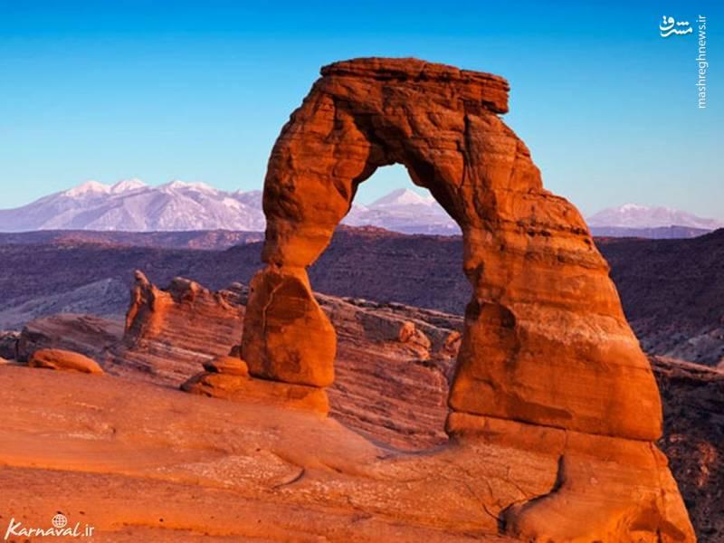 پارک ملی آرچز | ایالت یوتا/ ایالت یوتا به صخره ها و کوه های قرمز رنگش به خصوص پارک ملی آرچز معروف است. در این پارک بر روی ۲۰۰۰ قوس نامی نهاده اند. جالب است بدانید که هر ساله به علل طبیعی، یکی از آن ها از بین می رود.