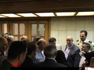 تلاش مردان خشمگین برای ورود به صحن شورای شهر تهران