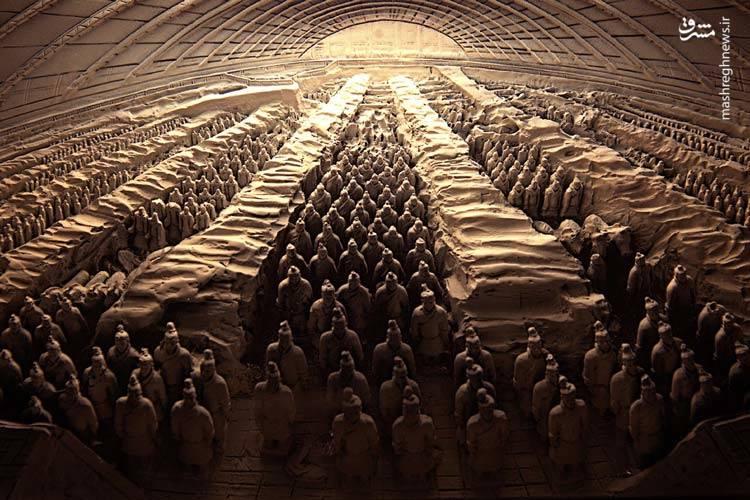 آرامگاه کین شی هانگ/آرامگاه اولین امپراتور چین، شی هانگ که سال ۲۱۰ قبل از میلاد درگذشت، زیر یک تپه در مرکز چین مدفون است.از زمان کشف این مجموعه تاکنون ۲۰۰۰ سرباز سفالین منحصربهفرد یافت شدهاست. کارشناسان بر این باورند که این تعداد تا ۸۰۰۰ هم قابلافزایش است.هرچند همین مقدار از ارتش کشفشده در معرض دید عموم قرارگرفته است اما بیم آن میرود که ارتش سفالین تا ابد کشف نشده باقی بماند.