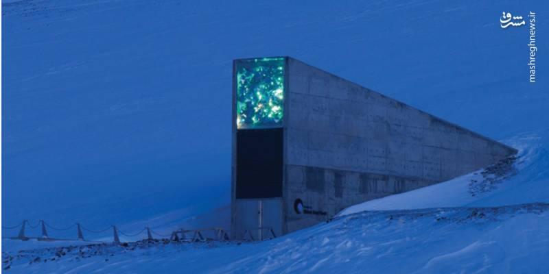 بانک جهانی بذر (Svalbard Global Seed Vault)/ بانک جهانی بذر در فاصله ۱۲۸۷ کیلومتری از قطب شمال، منطقهای زیرزمینی است که بهاندازه ۱۲۲ کیلومتر در کوهستان فرورفته است. این بانک سال ۲۰۰۸ بهطور رسمی فعالیت خود را آغاز کرد و هماکنون ۸۴۰ هزار نمونه از ۴ هزار گونه دانه موجود در سراسر جهان را در خود ذخیره دارد.هدف از احداث این بانک تأمین نقطه اتکایی در برابر بحرانهای جهانی و منطقهای است.