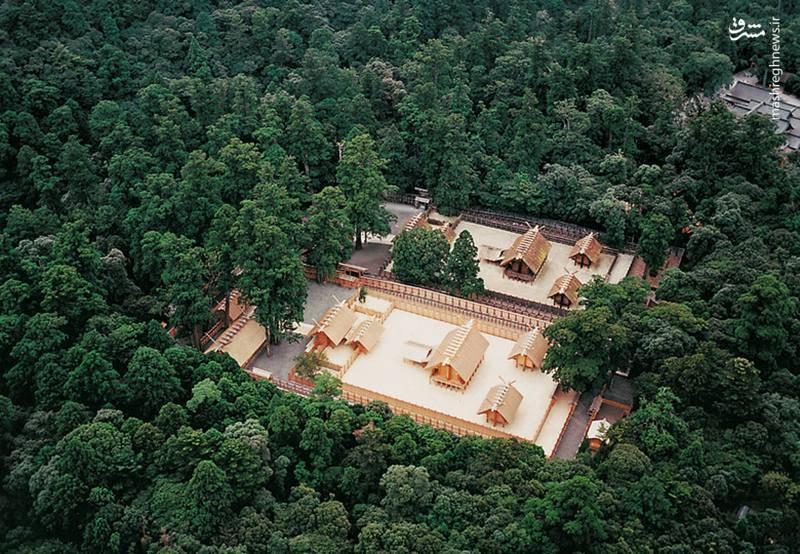 مقبره بزرگ آیز/ این مقبره در شهر اوجی تاچی ژاپن قرار دارد. این مجموعه که از دو مقبره اصلی و ۱۲۵ مقبره فرعی تشکیلشده به الهه اماترسوا-امیکانی پیشکش شدهاست. دسترسی به این مکان فقط برای کشیش اعظم و کشیش جز خاندان سلطنتی مجاز است.