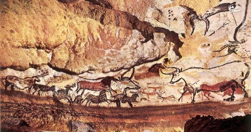 غار لاسکوس (Lascaux)، فرانسه/ شگفتانگیزترین مکانی که نمیتوانید از آن دیدن کنید. این مجموعه از غارها که در شمال غربی فرانسه واقعشدهاند حاوی نقاشیهایی از دوران پارینهسنگی هستند.نقش و نگارهای روی دیواره غار بیش از ۱۷۰۰۰ سال قدمت دارد و اکثراً از حیوانات عظیمالجثهای است که کاوشهای فسیلی حضور آنها در این مناطق را تائید کرده است، با اینحال غار از سال ۲۰۰۸ به بعد بهطور کامل به علت شیوع قارچها بسته شد. و فقط چند روز در ماه گروهی از محققان برای مطالعه نقاشیها اجازه ورود به این منطقه را دارند.