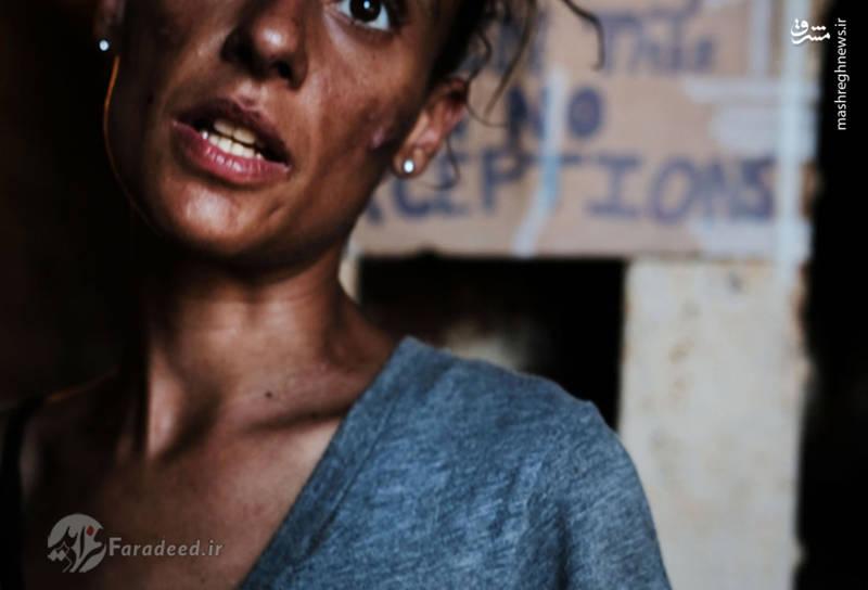 """""""سامانتا"""" یکی از زنان معتاد و بی خانمان ساکن در """"کنسینگتون"""" که همرا با دیگر معتادان در یک کمپ اسکان داده شده است."""