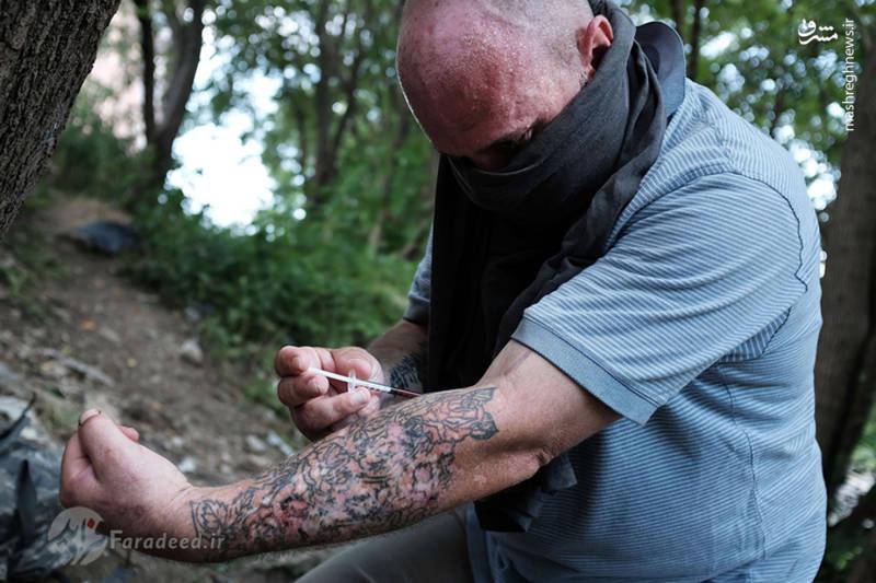 """""""کریس"""" یکی از معتادان هروئین در حال مصرف ماده مخدر"""