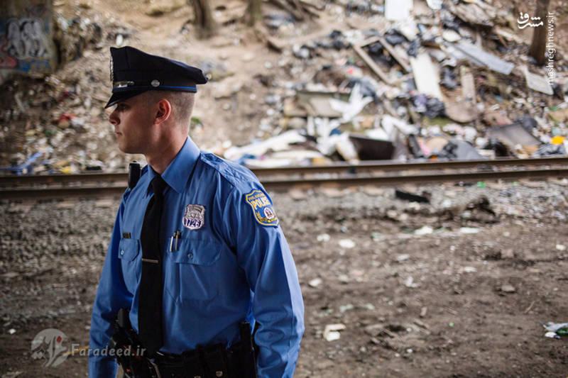 """پلیس فیلادلفیا در حال گشت زنی زیر پل محل زندگی معتادان بی خانمان در """"کنسینگتون"""""""
