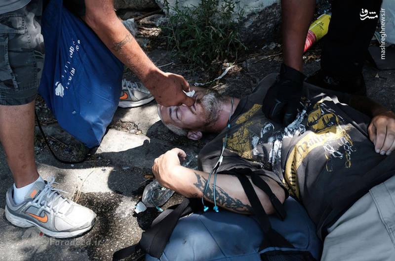 یک معتاد هروئینی در اثر استعمال زیاد تشنج کرده و روی زمین افتاده است.