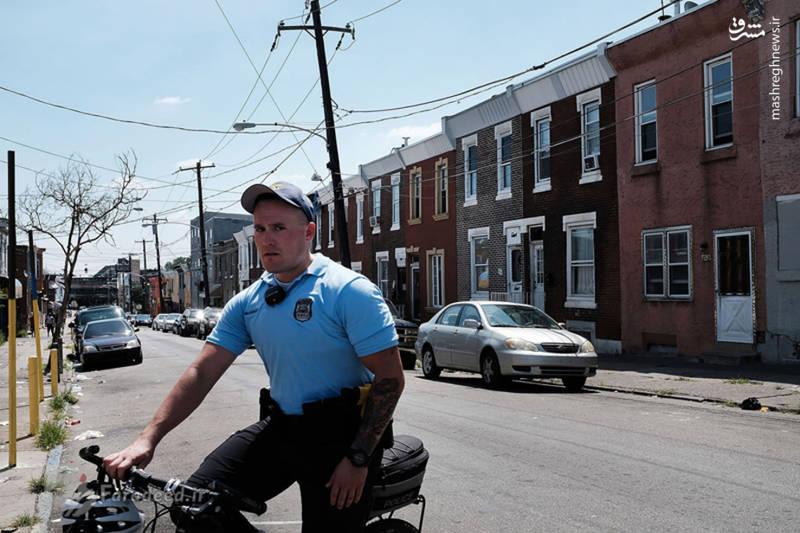 یک افسر پلیس فیلادلفیا در حال گشت زنی در کنسینگتون، پایتخت هروئین ایالات متحده