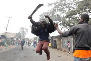 دو تن از هواداران نامزد منتقد دولت، رایلا ادینگا در نایروبی کنیا پس از انتشار اخباری مبنی بر تلاش رئیسجمهور برای تقلب در انتخابات