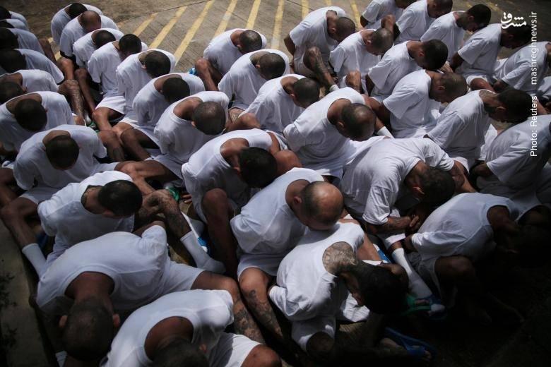 افرادی از باند مخوف آمریکایی ام اس-13 که در السالوادور دستگیر و به زندان برده میشوند