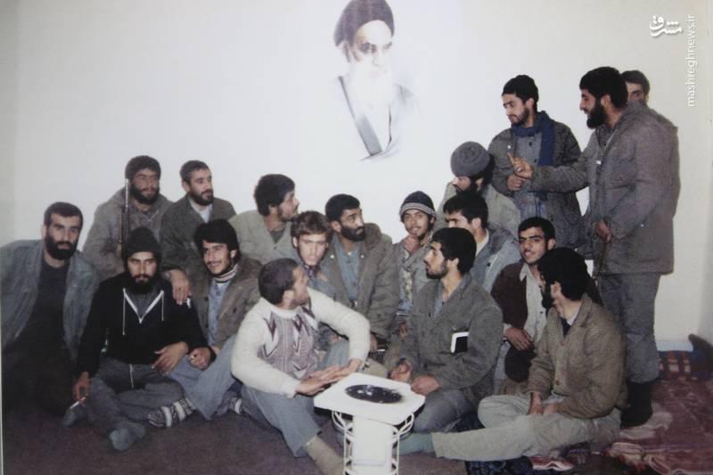 شهید «محسن نورانی» نشسته در کنار «حاج احمد متوسلیان». شهیدان «حسن زمانی» و «تقی رستگار مقدم» در تصویر دیده می شوند
