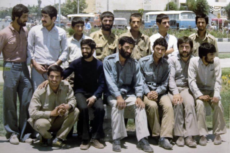 شهید «محسن نورانی» نشسته در سمت راستِ «حاج احمد متوسلیان». شهید«حسن زمانی» در تصویر دیده می شوند