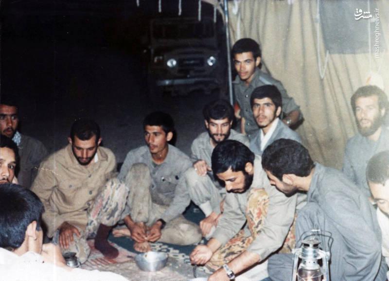 شهید «محسن نورانی» در حال صحبت با «حاج همت». شهید «محمدتقی پکوک» نیز در عکس دیده می شود