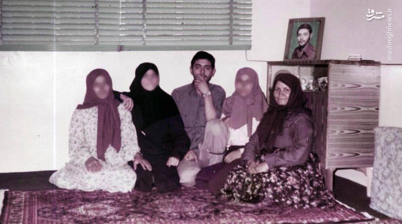 سردار شهید «محسن نورانی» در کنار مادر، خواهران و همسرش