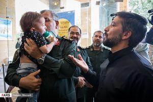 عکس/ بوسه فرمانده نیروی زمینی سپاه بر فرزند شهید محسن حججی