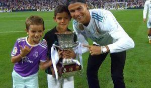 عکس/ کریس رونالدو و پسرش با جام قهرمانی سوپرکاپ